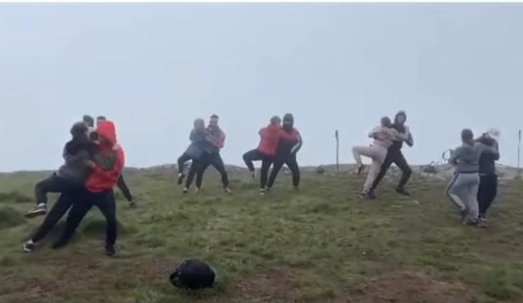 """""""Вальс у хмарах"""": випускники з Тернопільщини станцювали на вершині Говерли (ВІДЕО)"""