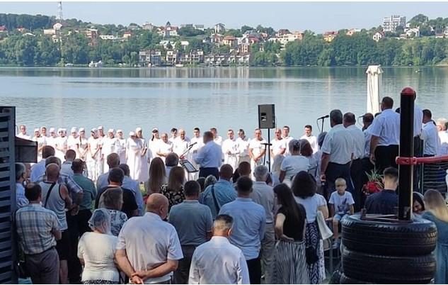 На Тернопільському ставі пройшов масовий обряд хрещення євангелістів (ФОТО, ВІДЕО)