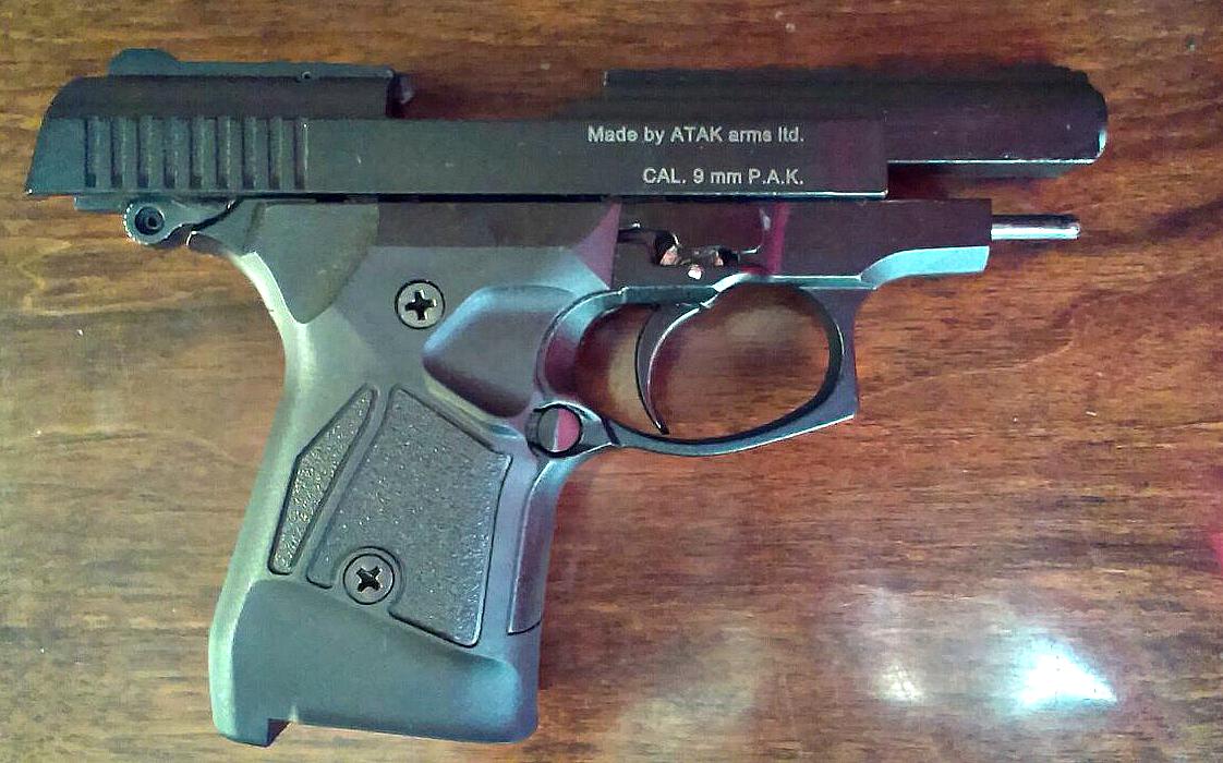 У Тернополі в громадському закладі чоловік з пістолетом поводився неадекватно