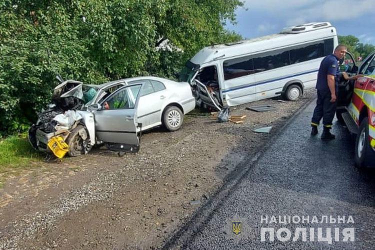 У бусі перебувало 17 пасажирів віком 15-22 роки: поліція Тернопільщини з'ясовує причину ДТП (ФОТО)