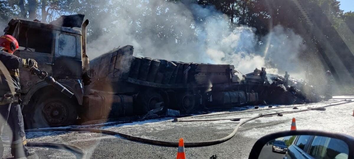 """Шкідливий дим рознесло на багато кілометрів: вантажівка вщент згоріла на трасі """"Тернопіль – Львів"""" (ВІДЕО)"""
