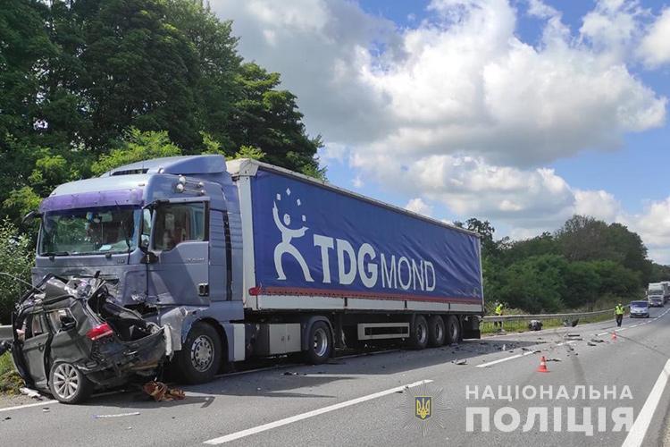 """Смертельна аварія біля Тернополя: зіткнулися """"Фольксваген"""" та вантажівка (ФОТО)"""