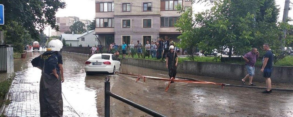 Під час зливи у Тернополі потонули автомобіль і тварини (ФОТО)