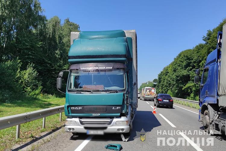 На Зборівщині водій на бусі заснув за кермом і в'їхав у вантажівку (ФОТО)