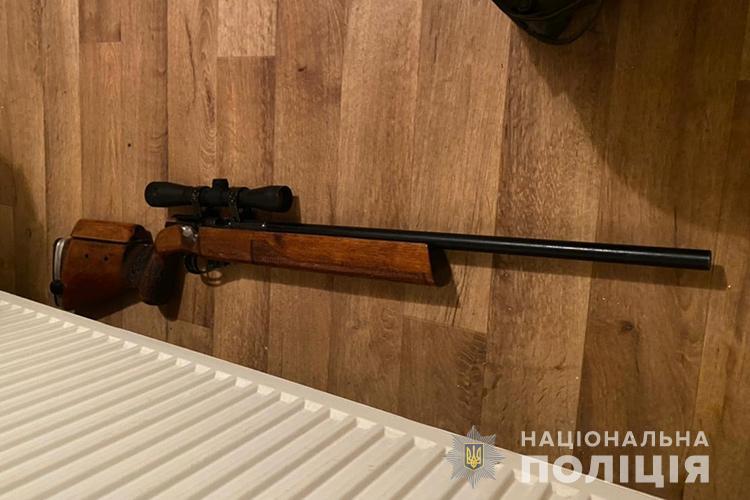 У Тернополі лунали постріли: з вікна будинку чоловік стріляв по автомобілях (ФОТО)