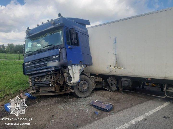 Авто тернополянина потрапило в масштабну автопригоду неподалік Львова: загинула дитина (ФОТО)