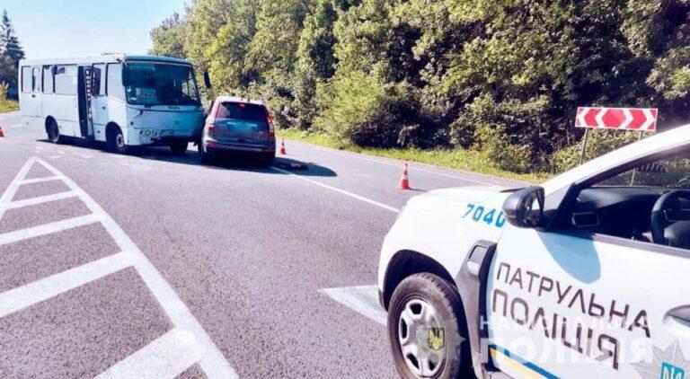 В'їхали під автобус: тернополяни на Франківщині потрапили в жахливу аварію (ФОТО)