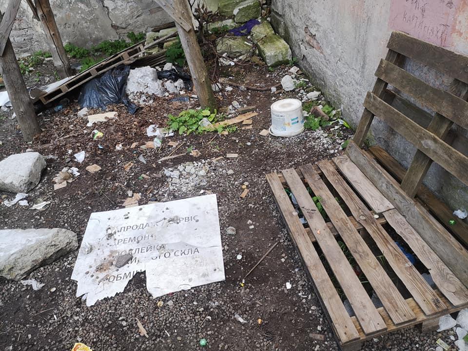 Підлітки перетворили двір музею політв'язнів в Тернополі у наркопритон (ФОТО)