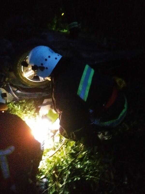 """""""Мерседес"""" декілька разів перевернувся: на Тернопільщині на світанку трапилася аварія (ФОТО)"""
