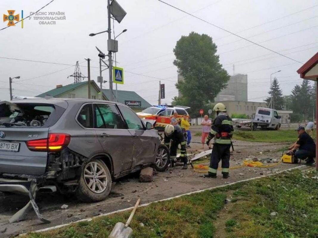 На Тернопіллі водій BMW Х5 зніс електроопору