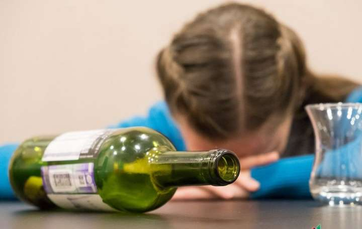 На Тернопільщині суд покарав маму, за те, що її донька пила алкоголь біля магазину