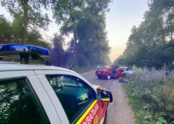 Аварія на Бучаччині: автомобілі розбиті вщент, три пасажирки і водій – у лікарні (ФОТО)