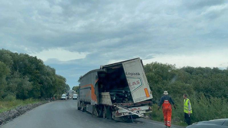 В селі Плотича аварія: зіткнулись вантажівка і самоскид фірми «Техно-Буд-Центр» (ФОТО, ВІДЕО)