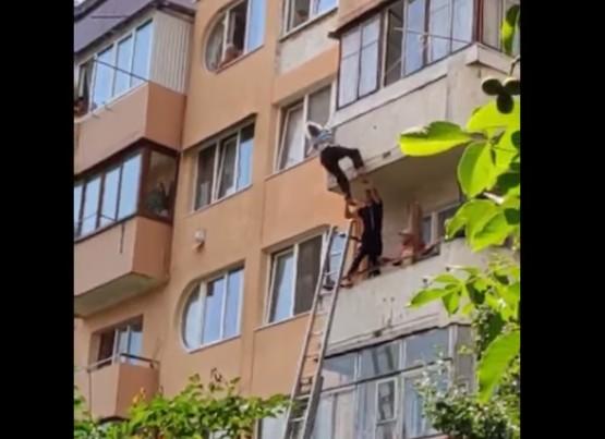 Пощастило, бо зачепилась за мотузки для сушіння білизни: у Теребовлі бабуся випала з 5-го поверху (ВІДЕО)