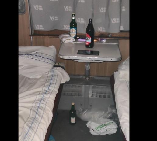 """""""Ви голенькі спите чи переодягаєтеся?"""": у потязі, що курсує через Тернопіль, п'яний чоловік домагався дівчат (ВІДЕО)"""