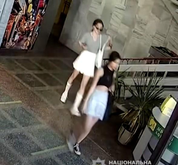 У Тернополі розшукують двох дівчат та хлопця, які можуть бути причетні до крадіжки (ВІДЕО)