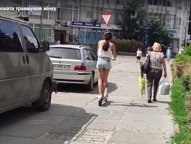 У Тернополі дитина на електросамокаті збила 70-річну жінку (ВІДЕО)