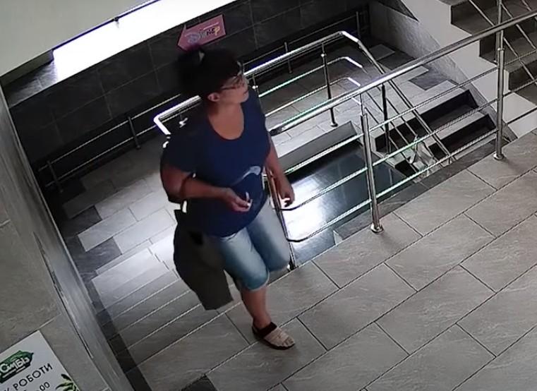 Викрала телефон продавця: у Тернополі розшукують злодійку (ВІДЕО)
