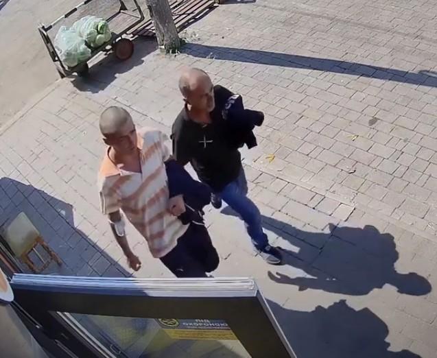 """У Тернополі камера """"спіймала"""" злочинців, які обікрали автомобіль (ВІДЕО)"""