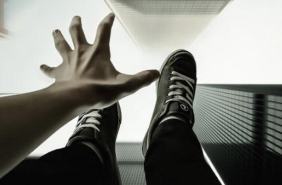 У Тернополі чоловік випав з 3-го поверху