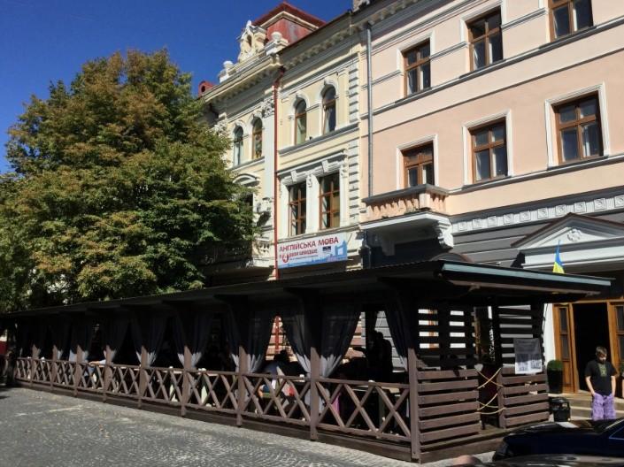 """У Тернополі поліція вимагає демонтувати літній майданчик ресторану """"Файне місто"""""""
