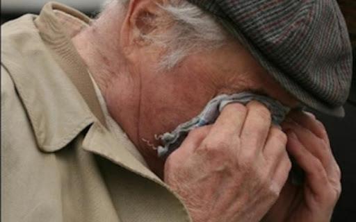 """У Ланівцях поки дітлахи відволікали пенсіонера, мама """"чистила"""" його оселю"""