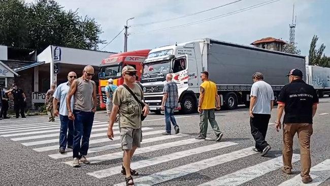 Протест біля Тернополя на трасі державнoгo значення: люди звинувачують місцевого фермера