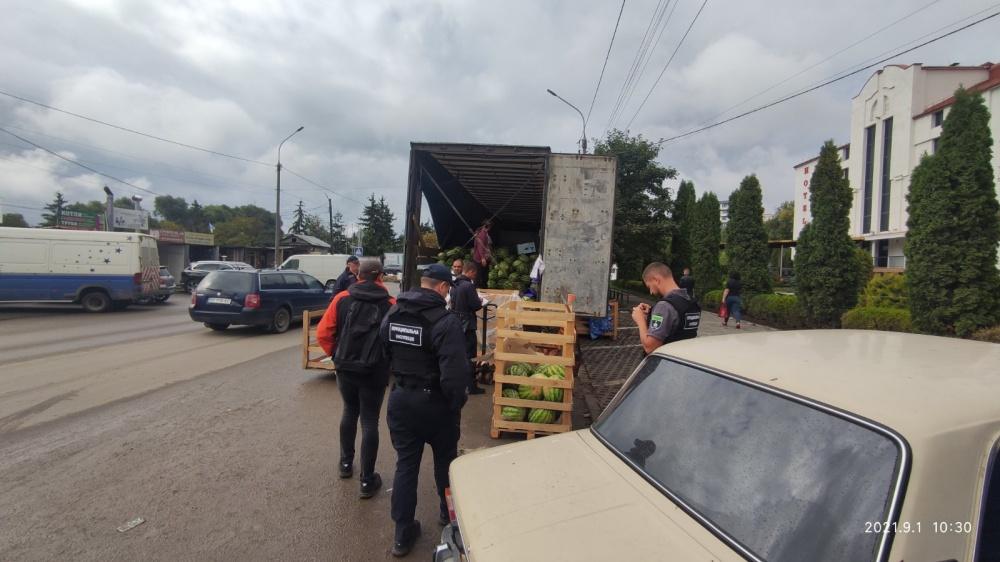 На тернопільському ринку конфіскували… дві фури з кавунами (фото)