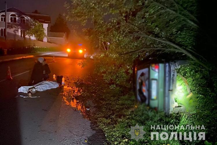 """Трагічна аварія на трасі Підволочиськ-Збараж: водій на """"Фольксвагені"""" збив двох пішоходів, 18-річний юнак загинув (ФОТО)"""