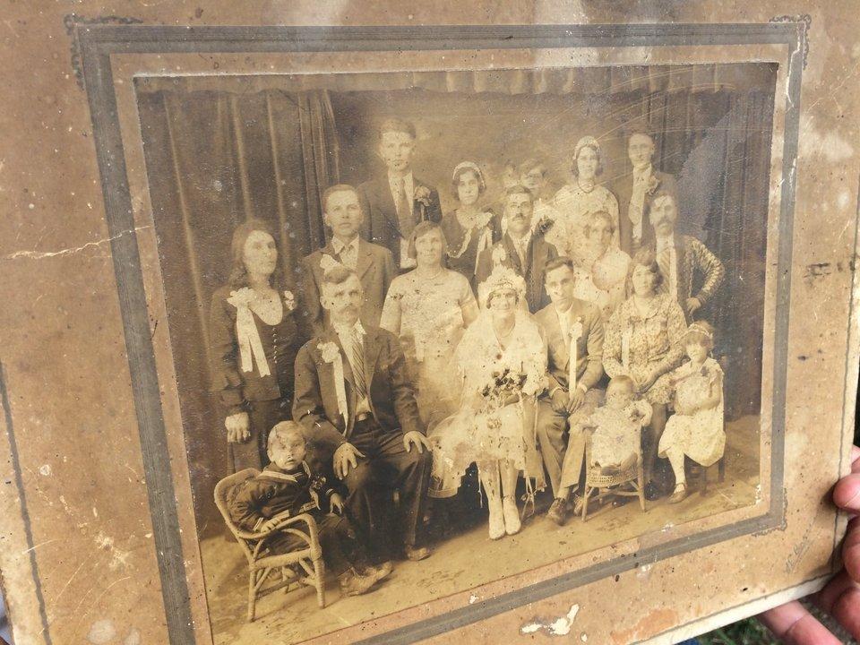 На Тернопільщині знайшли оригінальне весільне фото із юним Степаном Бандерою (ФОТО)