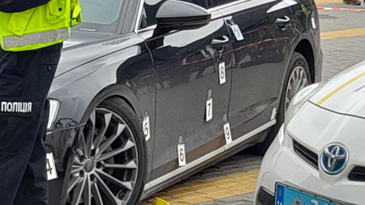 Замах на Шефіра: міністр показав кулі, які витягли зі стегна водія (фото)