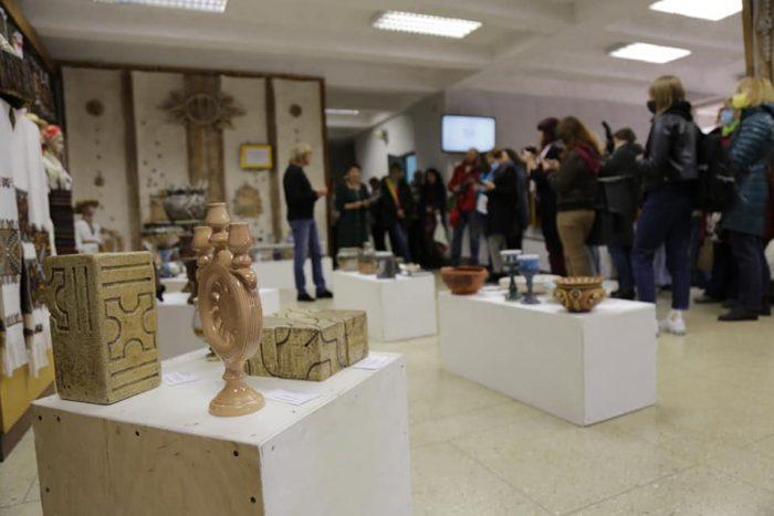"""35 гончарів та керамістів представили свої роботи: у Тернополі відкрилась виставка """"Кераміка княжої доби"""" (ФОТО)"""