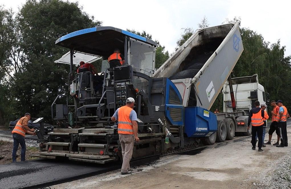 Ремонти доріг продовжуються: у селі Білоголови відновлюють дорогу (ФОТО, ВІДЕО)