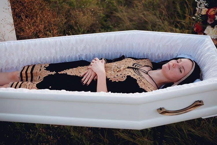 """""""Смерть моді не завадить"""": ритуальна агенція підірвала мережу модним показом для поховання (ФОТО)"""