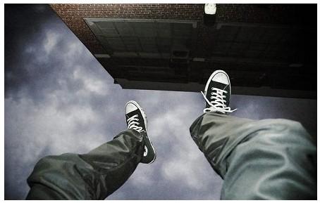 Сидів на 7-му поверсі: у Тернополі 18-річний хлопець хотів викинутись з вікна (ВІДЕО)
