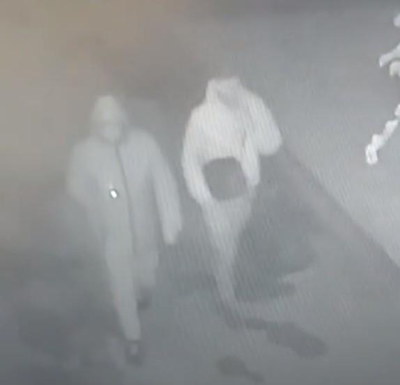 У Тернополі вночі троє незнайомців викрали два електросамокати вартістю 40000 грн (ВІДЕО)