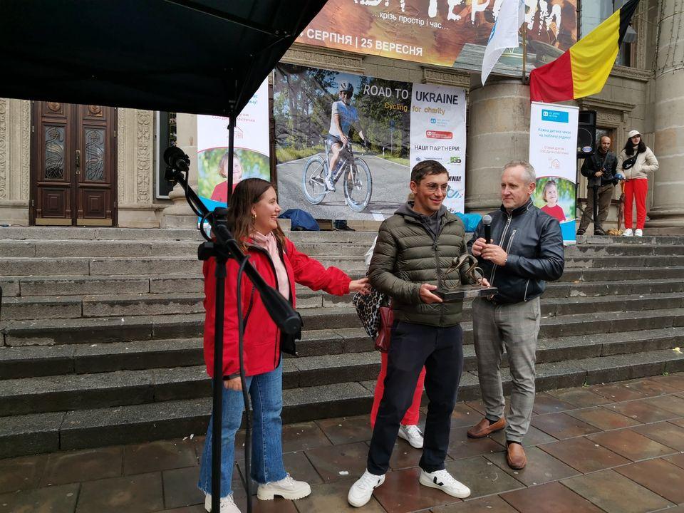 На Тернопільщині зустріли 23-річного бельгійця, який велосипедом подолав 2200 кілометрів (ФОТО)