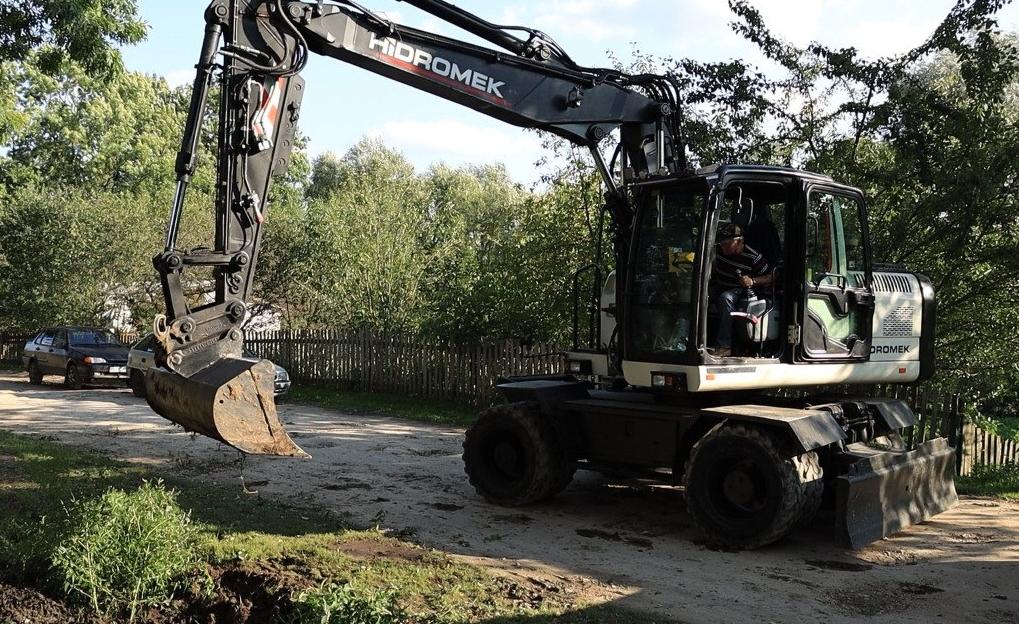 40 років не було ремонту: одну з найгірших доріг у Залозецькій громаді почали відновлювати (ВІДЕО)