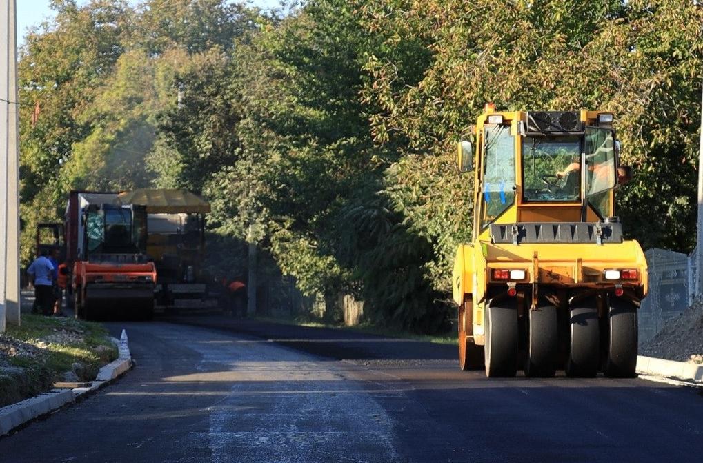 На двох вулицях у Копичинцях ремонтують дорогу (ВІДЕО)