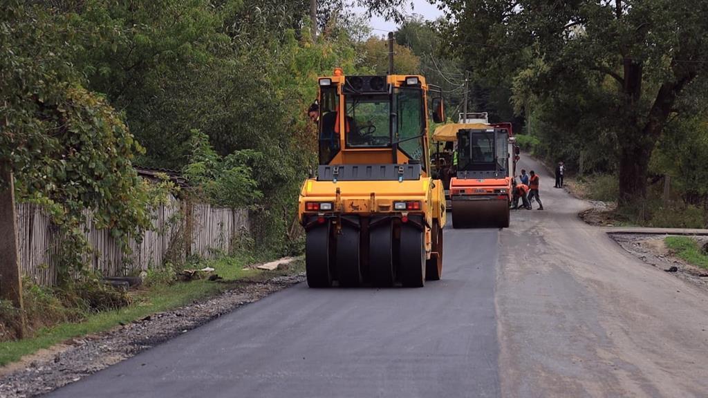 Ремонти місцевих доріг тривають: ще одне село на Тернопільщині має нову дорогу (ВІДЕО)