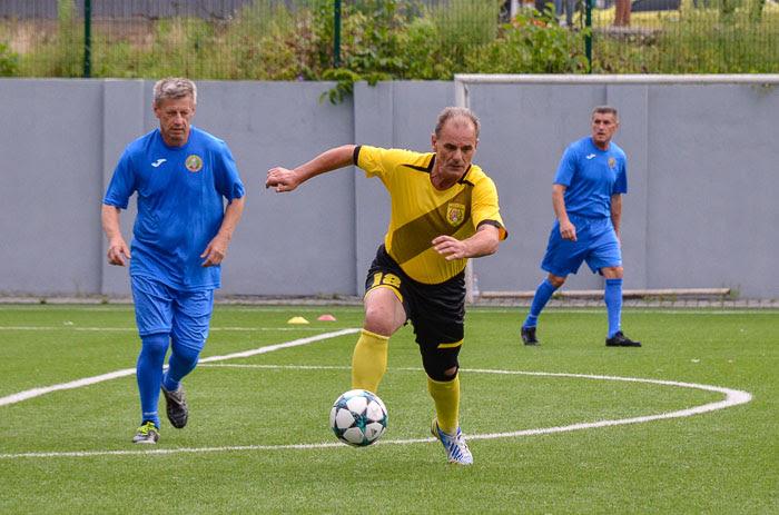 У Чернівцях попрощалися з відомим футболістом тернопільської Ниви, який помер у день 60-річчя на футбольному полі