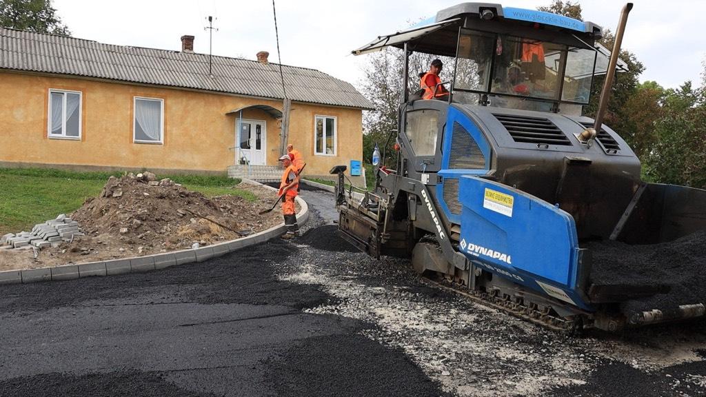 В селі повстанської звитяги на Тернопільщині ремонтують дорогу