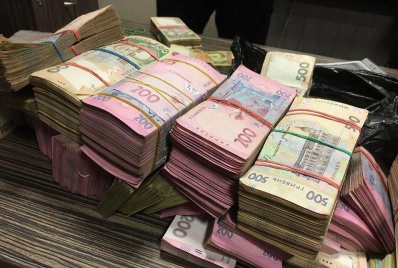 Видурили 180000 грн: у Бучачі чоловік два дні перекидав шахраям свої гроші