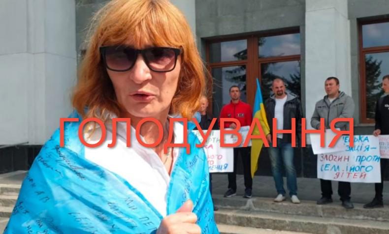 Вчителька математики з Кременця оголосила, що буде голодувати через закриття школи (ВІДЕО)
