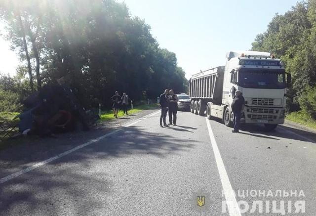 Травми голови: у ДТП на Тернопільщині зіткнулися трактор, вантажівка та легківка (ФОТО)