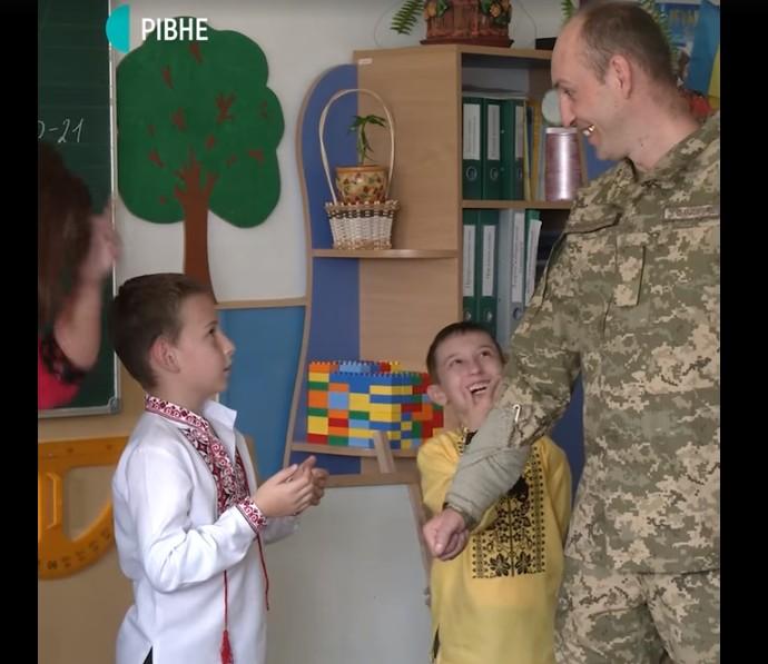 З війни – до сина, емоції неймовірні: відео зустрічі батька із сином підкорило мережу (ВІДЕО)