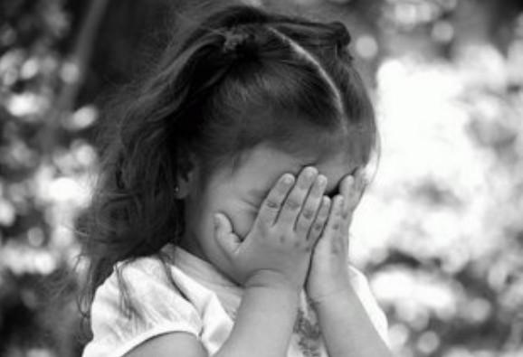 Горе-батько забув на дитячому майданчику 7-річну доньку: дівчинка сиділа на лавочці до ночі (ФОТО)