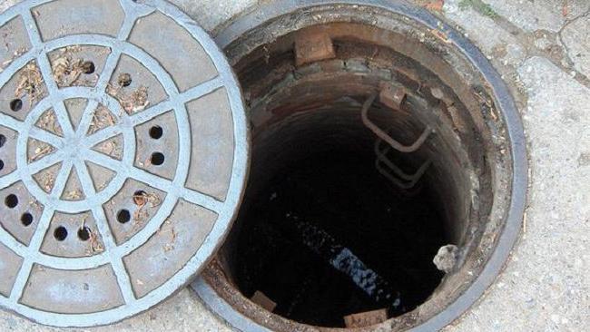 Відкритий каналізаційний люк наробив біди: жінка провалилась і 40 хвилин благала про допомогу