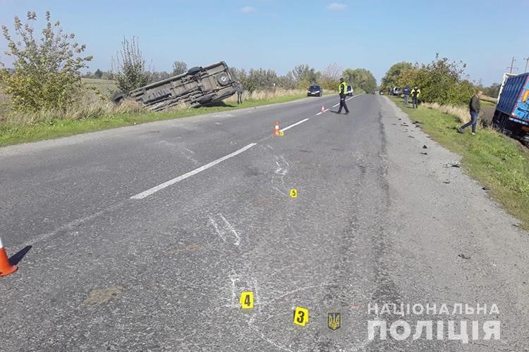 """На Кременеччині водій на """"Мерседесі"""" зіткнувся із вантажним тягачем: бус перекинувся (ФОТО)"""