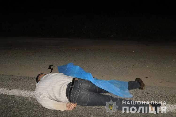Біля Смиківців вантажівка на смерть збила пішохода: встановлюють особу загиблого (ФОТО)